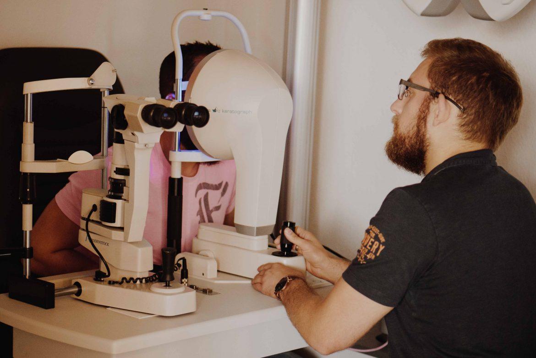 Tomographie und Kontaktlinsenanpassung